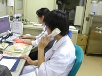 図4:診療科への問い合わせ中(電話は重要な道具です)